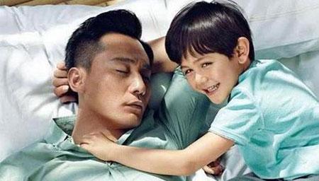 刘烨接儿子放学教室外偷拍