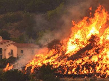 美国加州山火加剧燃烧