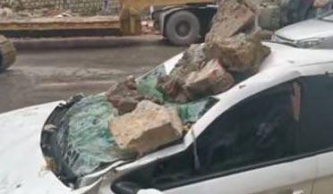 墙堰发生坍塌5车被砸