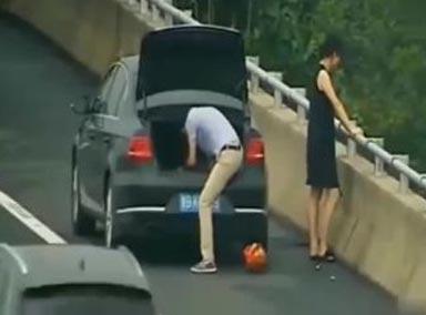 小情侣高速路边突然停车,看完视频后,才知有多荒唐