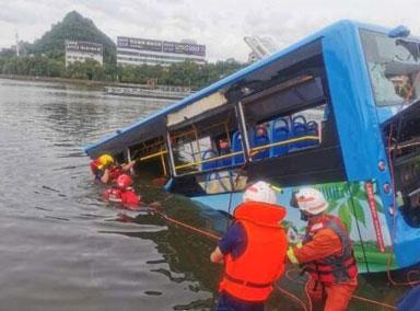 贵州安顺公交车坠湖事故