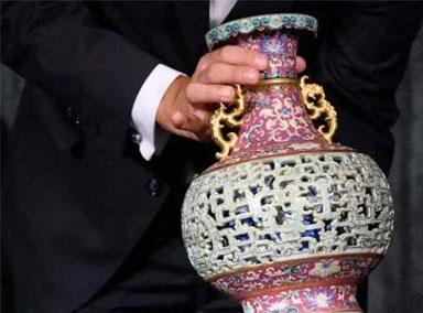 欧洲老妇闲置花瓶50年