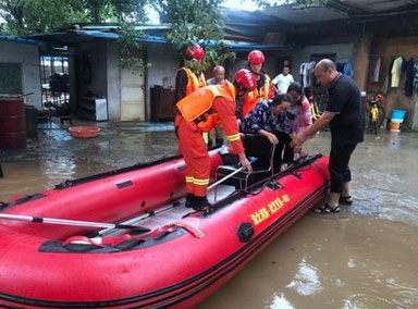 甘肃陇南救援人员利用橡皮艇