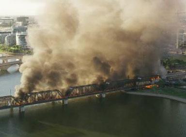 美国一列车脱轨燃起大火