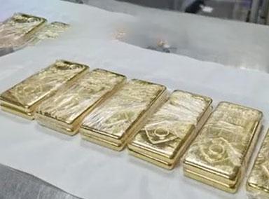 女子腰缠12公斤黄金走私被查