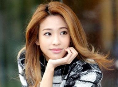 袁咏琳高速被大车追尾 报平安:幸好有绑安全带