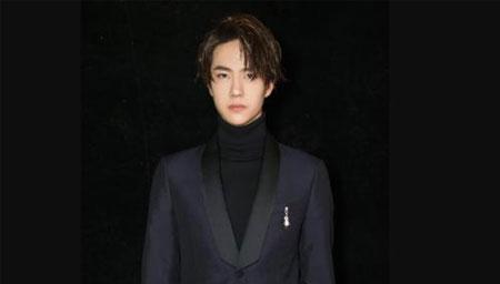 王一博黑色西装亮相超有型