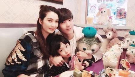 洪欣带儿女和蔡少芬游迪士尼